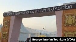 L'entrée du salon du tourisme à Abidjan, le 29 avril 2018. (VOA/George Ibrahim Tounkara)