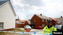 영국 런던 남부의 윌트셔 에임즈베리에서 40대 남녀가 '노비촉' 신경작용제에 노출된 후 의식불명으로 발견된 가운데 경찰이 5일 두 남녀의 거주지 앞에서 경비를 서고 있다.