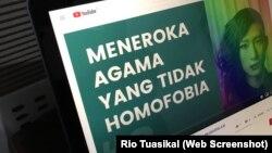 """Diskusi online """"Meneroka Agama yang Tidak Homofobia"""" disiarkan lewat Youtube sebelum dihentikan pihak platform pada menit 48. (Foto: Screenshot/Rio Tuasikal/VOA)"""