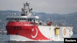 Kapal riset seismik milik Turki, Oruc Reis, berlayar di Selat Bosphorus di Istanbul, Turki, 3 Oktober 2018.