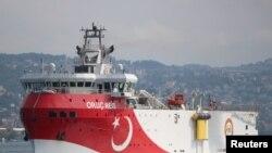 """Турецьке геологорозвідувальне судно """"Оруч Реіс"""" у Босфорській протоці"""