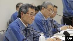 Chủ tịch công ty điện lực Tokyo Masataka Shimizu (trái) dự buổi họp báo hôm 20/5/11