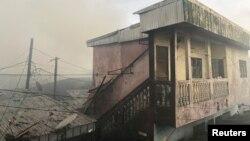 Asap mengepul akibat kebakaran penjara New-Bell yang penuh sesak di kota pelabuhan Douala, Kamerun, 28 Mei 2020. (REUTERS / Josiane Kouagheu)