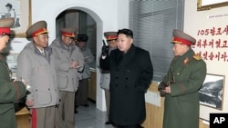 朝鲜新领导人金正恩与朝鲜军人在一起(资料照片)