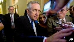 Pemimpin Mayoritas Senat AS, Harry Reid meninggalkan ruangan Senator partai Republik Mitch McConnell setelah keduanya mengadakan pertemuan terbatas, Senin (14/10).