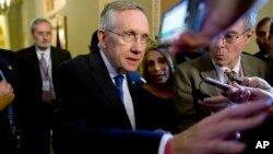 El líder de la mayoría demócrata en el senado, Harry Reid, habla con la prensa tras reunirse con el líder de la minoría republicana, el senador Mitch McConnell este lunes.