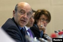 Le ministre Alain Juppé (à g.) à la réunion de Paris (17 avril 2012)