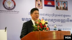 Sun Chanthol, Minister of Public Works and Transport, speaks about the upcoming program to roll out electronic devices to renew driver's license on June 15, 2016 in Phnom Penh, Cambodia. (Hean Socheata/VOA Khmer)