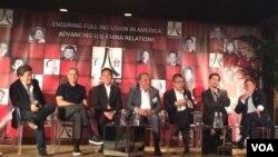 """好莱坞电影制作人在""""百人会""""年会上讨论好莱坞与中国。 从左至右: 唐伟,(唐媒体合伙公司发起人)、阿里.伊曼纽尔 (WME-IMG联合首席执行长),高群耀( 北京万达文化产业集团有限公司, 首席执行官)、詹姆斯.吉亚诺普罗斯 (20 世纪福克斯董事长和首席执行官)、黎瑞刚( 华人文化产业投资基金董事长)、华美银行(East West Bank)董事长兼首席执行官吴建民(Dominic Ng)和罗伯特.西蒙斯(STX娱乐公司董事长和首席执行官) (美国之音斯洋拍摄)"""