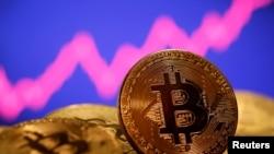 Representasi mata uang virtual Bitcoin terlihat di depan grafik saham dalam ilustrasi yang diambil pada 8 Januari 2021. (Foto: Reuters)