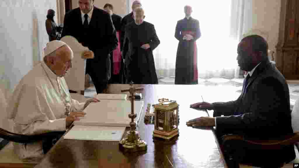 Le Pape François discute avec le président Joseph Kabila durant une audience privée au Vatican, le 26 septembre 2016.