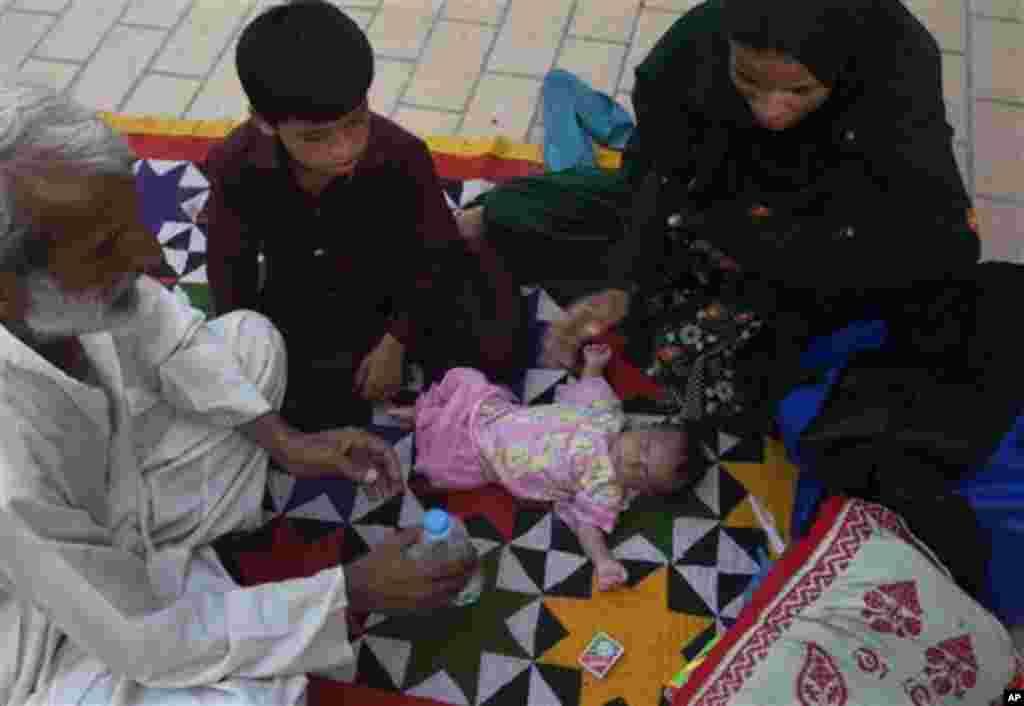 کراچی کے اسپتال میں گرمی سے متاثرہ ایک بچہ زیر علاج۔