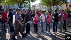Cubanos hacen fila para solicitar visa en la Sección de Intereses de EE.UU. en La Habana.