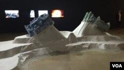 이달 3일부터 내년 2월 14일까지 서울 태평로 미술관에서 '만일(萬一)의 약속'이라는 제목으로 임민욱 작가의 개인전이 열리고 있다. 사진은 미술관에 전시된 작품 '통일 등고선'.