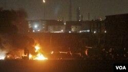 Explosiones e incendios aún se podían ver dentro de la base militar de Karachi tras el ataque del Talibán.