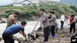 북한주민들이 호우로 파손된 도로를 복구하는 장면(자료사진)