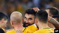 Anggota timnas Australia, menyalami Gelandang , Mile Jedinak (tengah), setelah mencetak gol dalam pertandingang playoff yang menentukan untuk maju ke putaran final Piala Dunia, di Sydney, Australia, Rabu, 15 November 2017.
