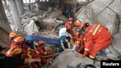 中國湖北救援人員在搜救十堰市煤氣管道爆炸事故的死傷者。(2021年6月13日)