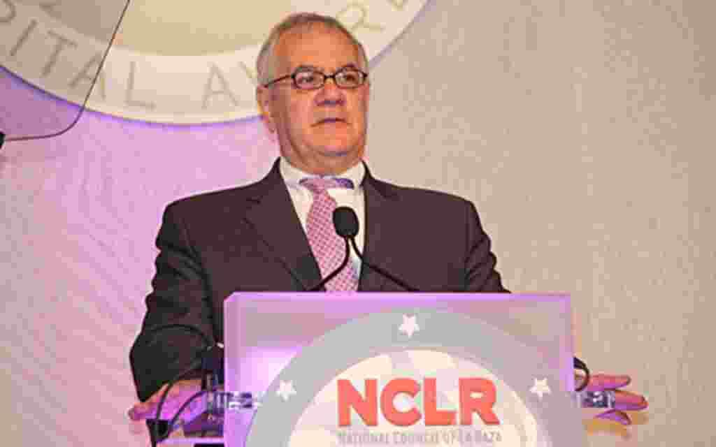En su discurso, el demócrata Barney Frank urgió al gobierno reformar el sistema de migración del país.