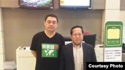吾尔开希与何俊仁律师在台北起飞前 (图片由何俊仁律师提供)