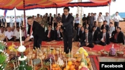 "Pan Sorasak, Cambodia's minister of commerce (right) and Vietnamese ambassador to Cambodia Vu Quang Minh preside over the inauguration ceremony of ""Da Market"" on January 16, 2018. (Facebook page of Ministry of Commerce)"