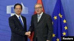 2일 벨기에 브뤼셀에서 장-클로드 융커 EU 집행위원장(오른쪽)과 응웬 떤 중 베트남 총리가 공동기자회견을 하고 있다.