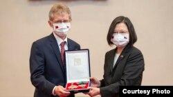 台湾总统蔡英文9月3日追赠捷克已故参议院议长柯佳洛勋章,由捷克参议院议长维特奇代表接受。(台湾总统府提供)