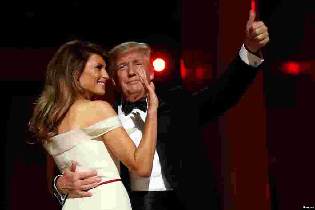 """美国总统唐纳德·川普和第一夫人梅拉尼亚·川普在华盛顿会议中心参加就职大典庆祝舞会之一""""自由舞会""""(2017年1月20日)"""