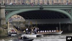 奥运火炬接力最后一天载有奥运火炬的皇家彩船在泰晤士河上