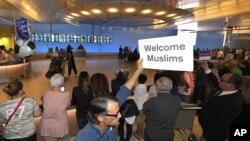 یک معترض به ممنوعیت سفر شهروندان شش کشور مسلمان به آمریکا در فرودگاه لس آنجلس.