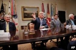 El presidente Donald Trump responde a preguntas de periodistas durante una reunión con líderes del Senado y la Cámara de Representantes en la Casa Blanca. Junio 6 de 2017.
