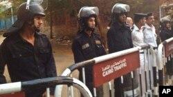 Des policiers devant une morgue au Caire, le 31 octobre 2015.
