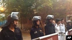 Des policiers devant une morgue au Caire, le 31 octobre 2015. (AP Photo/Nariman El-Mofty)