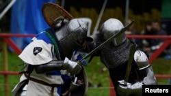 Para ksatria adu pedang dalam festival pertempuran abad pertengahan di Kastil Claregalway di Galway, Irlandia, 29 September 2018.
