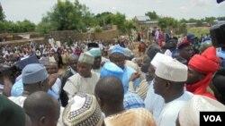 Le gouvernement de l'Etat Bello Masari a rendu visite aux villages affectés entre la frontière du Niger et du Nigeria, le 17 juillet 2018. (VOA)