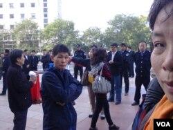北京治安总队和朝阳区警察将部分访民围住(图片来源:曹顺利)