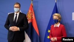Predsednica Evropske komisije Ursula fon der Lajen i predsednik Srbije Aleksandar Vučić nose zaštitne maske za zaštitu od koronavirusa dok poziraju fotoreporterima pre sastanka u sedištu EU u Briselu, Belgija, 26. aprila 2021. (Foto: Rojters)