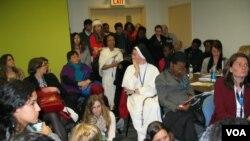 美國抗議墮胎與會者有的倚壁而立有的席地而坐資料照。