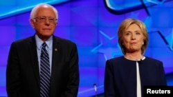 지난해 1월 미국 네바다주 라스베이거스에서 열린 민주당 대선 후보 토론회에서 버니 샌더스 후보(왼쪽)와 힐러리 클린턴 후보가 나란히 서 있다. (자료사진)