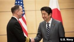 美國海軍作戰部長理查森上將(2019年1月17日)在東京與日本首相安倍晉三會見。