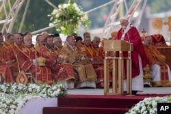Paus Fransiskus memimpinn misa di Lapangan Mestska sportova hala, di Presov, Slovakia, Selasa, 14 September 2021. (Foto AP/Darko Vojinovic)