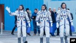 Phi hành gia người Anh Tim Peake (trái), phi hành gia người Nga Yuri Malenchenko (giữa) và phi hành gia Mỹ Tim Kopra tại trung tâm vũ trụ Baikonur ở Kazakhstan.