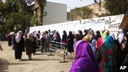 Cử tri Ai Cập xếp hàng dài để bỏ phiếu trong cuộc bầu cử tổng thống lịch sử tại Cairo