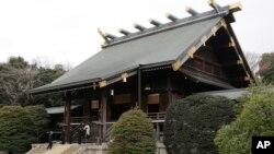 Đền thờ Yasukuni ở Tokyo vinh danh các tử sĩ Nhật, trong đó có 14 tội phạm chiến tranh cùng với 2,5 triệu chiến sĩ trận vong.
