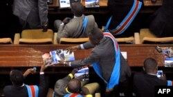 Bakeli mibeko na ndako ya bokeli mibeko na Kinshasa, 15 décembre 2012.