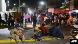 Migrantes hondureños a quienes no se les permite pasar por Guatemala por no tener documentación.[Foto de archivo]