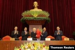 Ông Nguyễn Xuân Phúc chúc mừng ông Nguyễn Phú Trọng đắc cử vị trí Tổng Bí thư Trung ương Đảng khóa 13; 31/1/2021