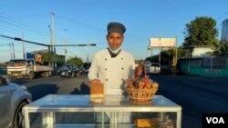 Ismael Cortés Rodríguez vende pan en los semáforos de Managua, Nicaragua. Foto Daliana Ocaña, VOA.