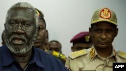 Le général Mohamed Hamdan Daglo (d) écoute Malik Agar (g) le chef du Mouvement populaire de libération du Soudan-Nord, alors chef adjoint soudanais du Conseil militaire de transition, à Juba, au Soudan du Sud, le 27 juillet 2019.