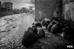 Drug users at a riverbank in Kabul. (Maciej Stanik/VOA)